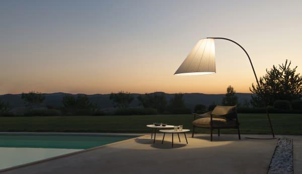 """Das Designstudio Chiaramonte/Marin designte für Emu die großzügige Außenleuchte """"Cone"""". Der Lampenschirm aus Polykarbonat macht die Leuchte wetterfest – hier als Stehleuchte zu sehen."""