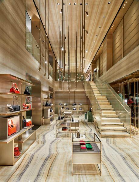 Eine zweigeschossige Eingangshalle ganz o. empfängt die Besucher bei        Giorgio Armani.