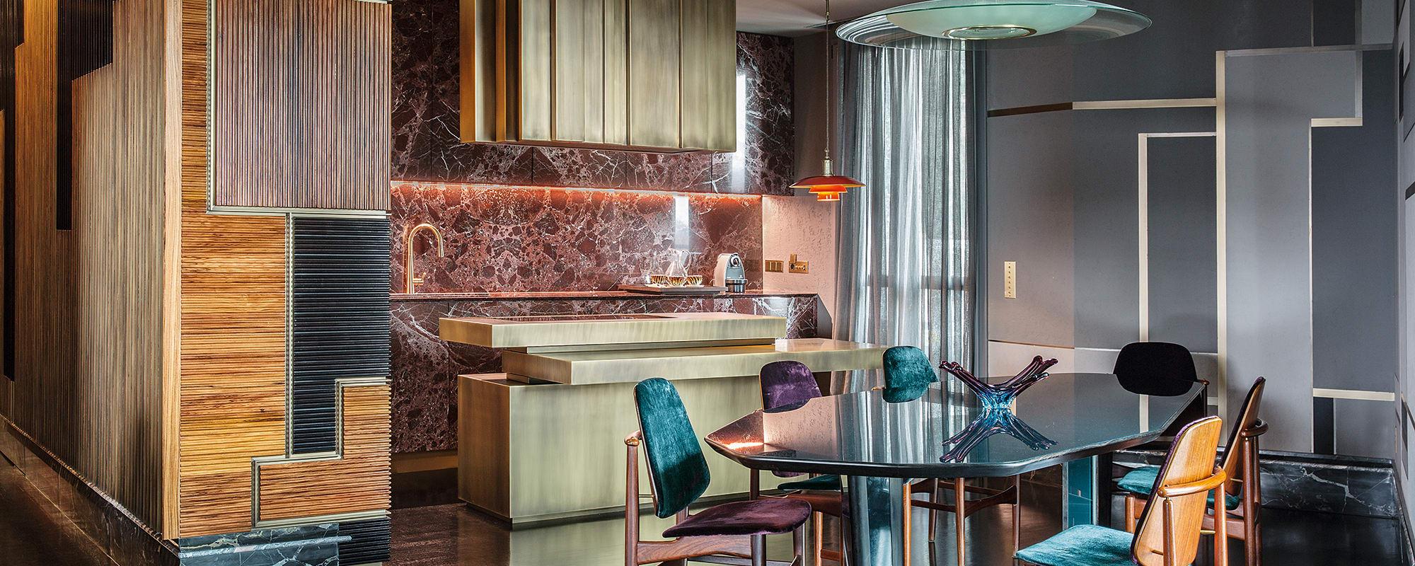 Giorgio Dantone Apartment, Lüster Gio Ponti, Osvaldo Borsani Regal Giò Pomodoro, Gunian Gupta Table