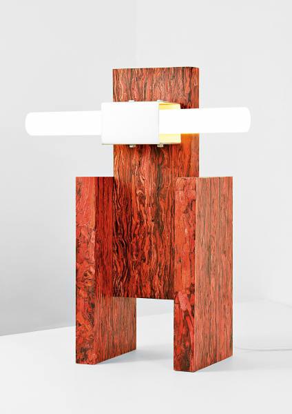 """Schön vom Leder gezogen: Für seine """"Structural Skin""""-Kollektion jagt Jorge Penadés Lederreste durch einen handelsüblichen Büroschredder. Die individuelle Zusammensetzung der Streifen bestimmt Farbe und Muster der Einzelstücke, hier zu sehen """"Table lamp #2""""."""