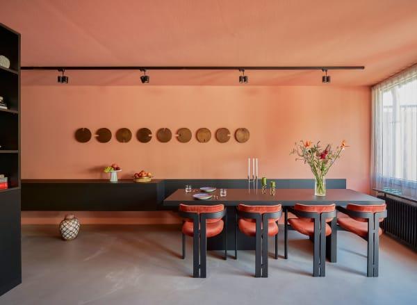 Die Einzimmerwohnung ließ er mit Maßeinbauten strukturieren: Sideboard,Bank und Esstisch bilden eine Einheit. Stühle: Gallotti&Radice– der italienische Klassiker wurde für die Neuauflage mit Samt bezogen.
