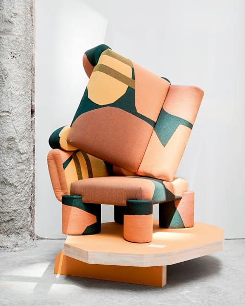 """Rangelnde Racker: Giancarlo Valles stämmige """"Tapestry Chairs"""" balgen sich ohne Rücksicht auf die neuen Bezüge. Sie sind aus dem geometrisch gemusterten Baumwolljacquard des Textil- Designstudios Viso Project. Limitiert auf zehn, je 3250 Euro."""