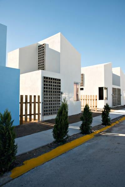 23 Wohnhäuser baute Architektin Tatiana Bilbao im mexikanischen        Ciudad Acuña. Die im Baukastenprinzip konzipierten Einfamilienhäuser kosten nur etwa 8000 Dollar und lassen sich bei Bedarf        jederzeit erweitern und an den wachsenden Platzbedarf ihrer Bewohner        anpassen.