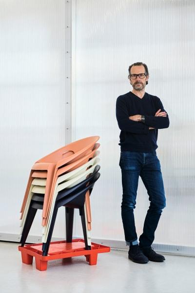 Für Magis hat Designer Konstantin Grcic einen erschwinglichen Stuhl entworfen und dabei Design, Preis und Funktionalität in Einklang gebracht.