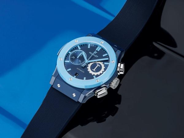 """Der limitierte """"Classic Fusion Chronograph Garage Italia"""" ist nur das erste Modell der dreiteiligen Konzeptserie """"Sky, Earth, Sea"""" für Hublot. Charakterstark: die Lünette aus himmelblauer Keramik."""