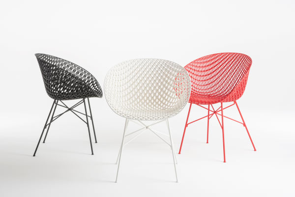 Tokujin Yoshioka fusioniert Spritzgusstechnologie und klassische Metallstrukturen um für Kartell einen Stuhl zu erschaffen, dessen geometrische Erscheinung genauso schlicht und leicht, wie überraschend im dreidimensionalen Detail der Sitzschale ist.
