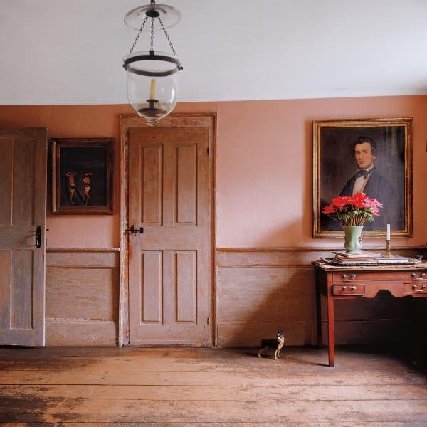 Zeit heilt viele Wunden – sogar die architektonischen. Das Mobiliar für seinen Salon spürte John Dowd auf Flohmärkten und Müllhalden auf. So fand er auch das Gemälde von Walter Stuempfig. Übrigens: Das Hündchen bellt nicht, es ist ein Türstopper.