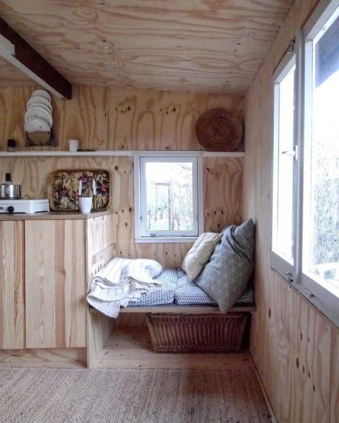 Flexibel: Die Fensterbank lässt sich zu einem kleinen Tisch umbauen. Architektin Susan von 2boxdetail gibt Einblick in ihre Gartenhütte.