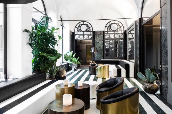 """Ton in Ton - die Lobby des """"Senato Hotels"""" ist vom Boden bis zur Decke in schwarz und weiß gehalten. Schöne Ausnahme: kleine Akzente in Metallic."""