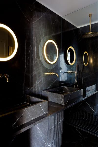Russos Bühne: Wandverkleidung und Waschbecken in Pietra Grey.