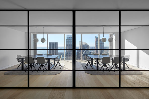 <p>Das reduzierte Mobiliar im Konferenzraum lässt den Fokus auf Sydneys Skyline.</p>