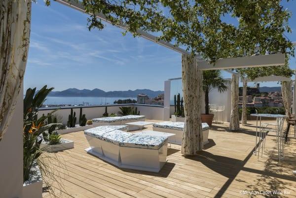 """Die Terrasse der """"Mouton Cadet Wine Bar"""" mit Blick über die malerisch schöne Bucht von Cannes."""