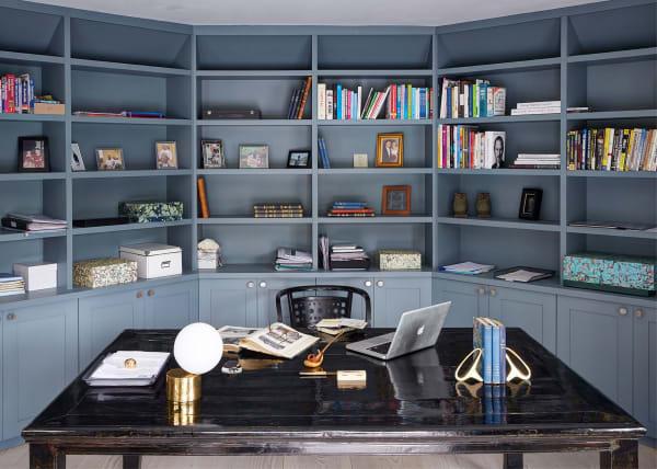 Für eine Villa in Surrey entwarfen Ebba Thott und ihr Team von Sigmar ein eckig-ovales Büro; der Vintage-Stuhl stammt von Otto Wagner, der Lacktisch aus China.
