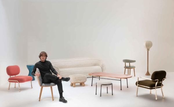 Der Dirigent und seine Solisten: Pierre Yovanovitch mit einigen Stücken aus seiner neuen Möbelkollektion.
