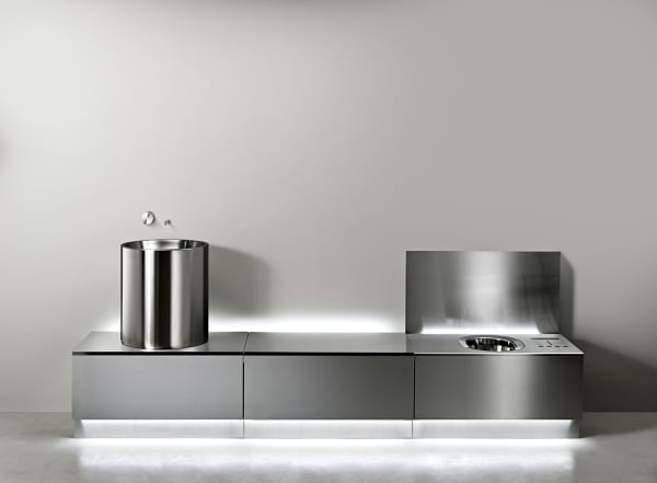 """Das Sanitärsystem """"Abaco"""" von Ceadesign bringt ein komplettes Bad im        schlanken Stahlblock unter. Preis auf Anfrage."""