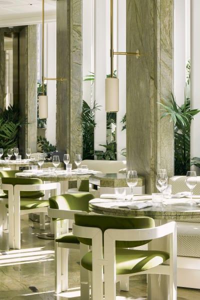Akzente setzt das speziell für das Restaurant angefertigte weiße Mobiliar und die Paneelen.