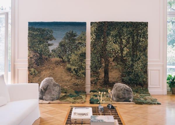 """Highlight des Wohnzimmers ist """"Hope the Voyage Is a Long One"""", von der Textilkünstlerin Alexandra Kehayoglou geschmückt, benannt nach Constantine Cavafys Gedicht """"Ithaka""""."""