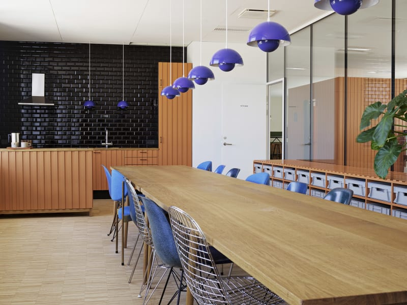 Büroküche mit Konferenztisch in Kopenhagen von Femmes Régionales