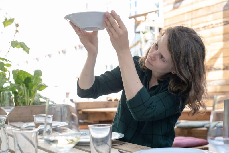 Designerin Susann Paduch mit Porzellanschale