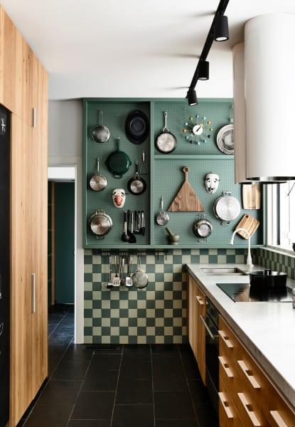 Wie auch schon in der Küche der US-amerikanischen TV-Köchin Julia Child hält das Pegboard – das sogar in der gleichen Farbe wie das Original gestrichen wurde – alle wichtigen Koch- und Backutensilien griffbereit und ist zudem auch noch sehr dekorativ.