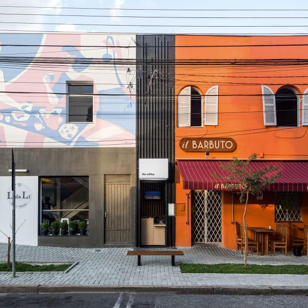 Der kleine Coffeeshop ist genau an die Lücke zwischen einem Restaurant und einem Laden angepasst.