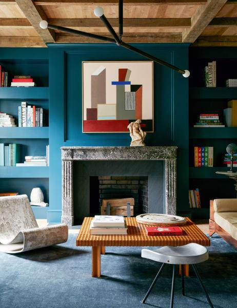 Bei der Renovierung einer Mansion in Watch Hill, Rhode Island, spiegelt Giancarlo Valleden Ozean vor der Tür mit Blautönen.