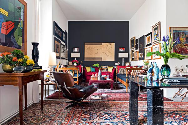 An der Stirnseite des Wohnzimmers hängt eine Zeichnung des Malers Ivo Bonacorsi, mit dem Resta gemeinsam an einem Haus in Padua arbeitete. Sie wird flankiertvon zwei Daybeds aus dem 19.Jahrhundert, vis-à-vis ein alter Eames-Lounge Chair. Esstisch aus Marmor von Giulio Cappellini rechts, die Teppiche sind Erbstücke der Familie.