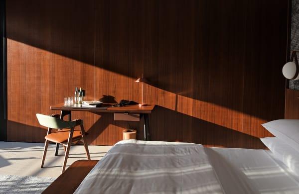 Die Farben und Materialien in den Räumen sind leicht und natürlich gehalten, so kommen viel Holz (eine Suite)...