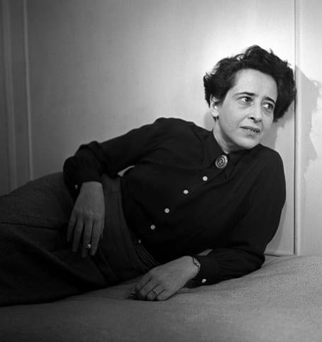 """Klug, kantig, cool: Hannah Arendt ist längst zur Kultfigur avanciert. """"Rauchen und Denken gehören zusammen"""" ist nur eine ihrer gerne dargerbotenen Sentenzen. Die Fotografie von Fred Stein zeigt sie 1944 in New York."""