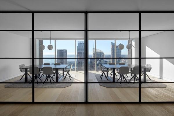 Das reduzierte Mobiliar im Konferenzraum lässt den Fokus auf Sydneys Skyline.