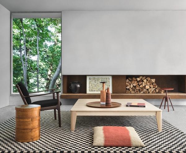 """Angelo Mangiarotti mag natürliche Materialien in einfachen geometrischen Formen. So schuf er den rechteckigen Beistelltisch der Kollektion für Agapecasa """"Compensato"""" aus Birkensperrholz; die filigranen Tischbeine sorgen für ein Leichtigkeit"""