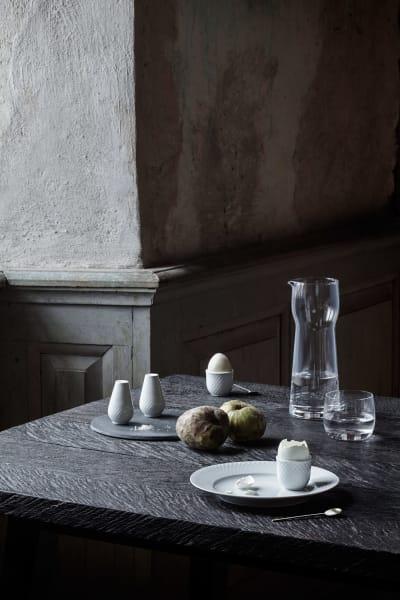 """Enjoy your breakfast, dachte sich Lyngby Porcelæn und erweiterte Serie """"Rhombe"""" um Eierbecher und Salz- und Pfefferstreuer aus glasiertem Porzellan."""