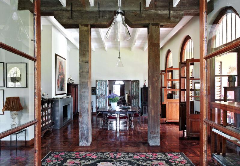 Die Dimensionen des Raums gaben die riesigen Holzpfeiler, Überbleibsel aus einem Lagerhaus, und Flügeltüren aus einer alten Villa vor.
