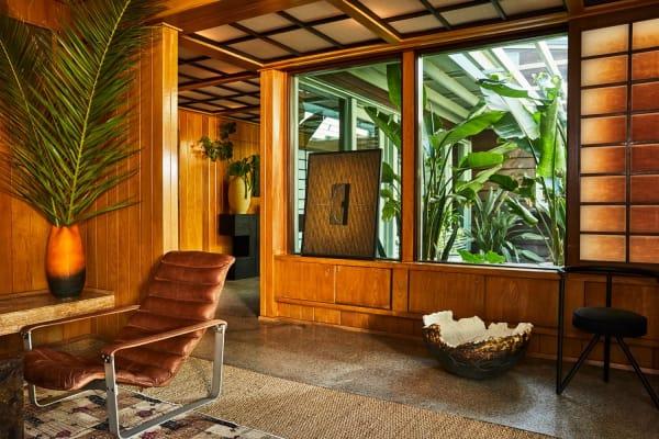 """Der """"Pulkka"""" Armsessel von 1968 (links) ist ein Design von Ilmari Lappalainen. Die Vase fand Kelly Wearstler bei The Window, einem Vintage-Laden in Los Angeles. Durch das Fenster blickt man hinaus zum Hauseingang."""