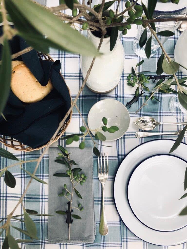 Tischdekoration von Paloma Cañivares mit Olivenzweigen