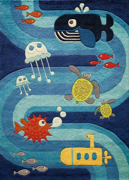 """Die Unterwasserhelden der 60er hießen Hans Hass und Commandant Cousteau, sie brachten uns Kugelfisch, Walund Qualle ins Haus. Momeni verquickt die TV-Erinnerungen im Teppich """"Ocean Life"""" (259 Euro) und webt gleich noch das Yellow Submarine der Beatles mit ein. Schöne (Ge-)Zeiten fürs Spielzimmer.  RK  über monoqi.com"""
