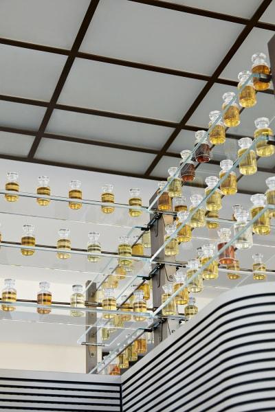 Duftbibliothek: In den von Marc Newson entworfenen Flakons warten über        3000 Zutaten im Labor auf ihren Einsatz.