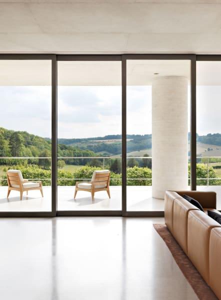"""Fayland House liegt am Rand eines sanft abfallenden natürlichen """"Amphitheaters"""". Hier sieht man den Blick aus dem Wohnzimmer."""