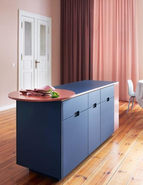 """Die Eigentümer wünschten sich vor allem mehr Gemütlichkeit, weshalb die Designer vonJäll & Toftadie Wände in einem satten Rosa streichen ließen. Die gelben Pigmente im Ton """"Setting Plaster"""" von Farrow & Ball lassen die Farbe warm wirken."""
