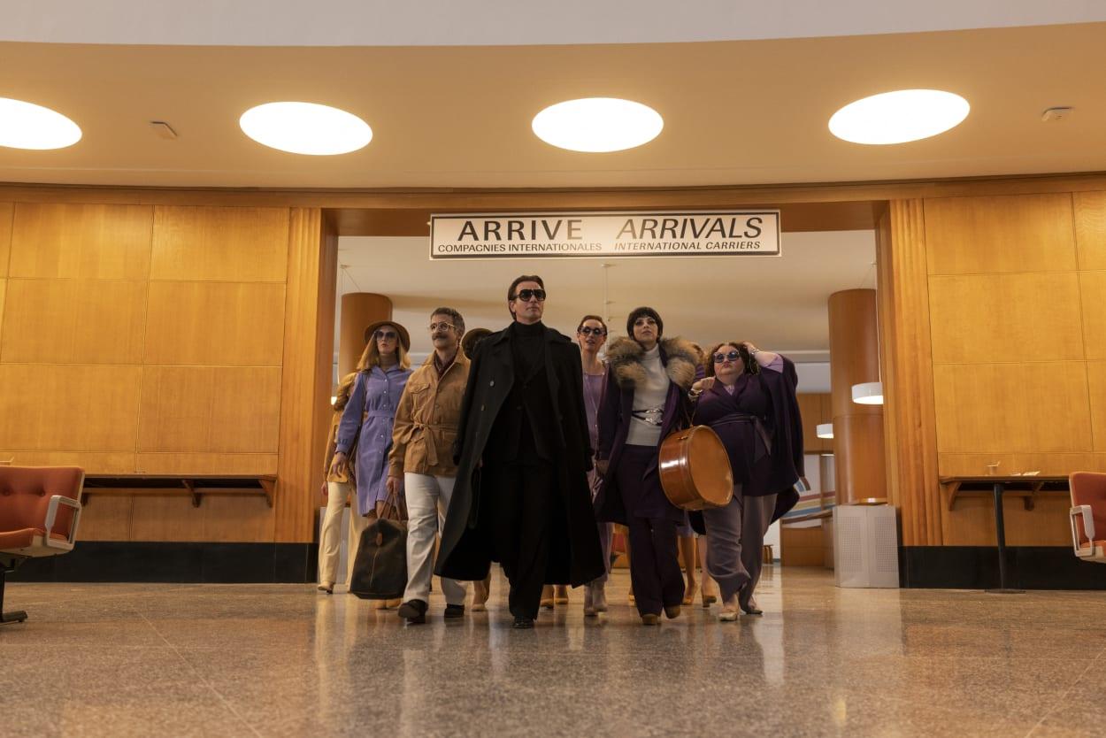 """Roy Halston und seine Entourage in der Netflix Serie """"Halston"""""""