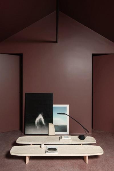 """Monochrom: Seine """"Matéria""""-Tische (je 2490 Euro) lässt Christian Haas aus Travertin und Birke fertigen. Entscheidend für ein gutes Produkt, sagt der Entwerfer, sind """"Emotionalität und Klarheit. Ein überfrachteter Entwurf wirkt kostümiert oder überschminkt– dann wird's schnell modisch."""""""