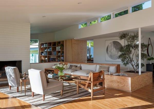 Im Wohnzimmer trifft ein Vintage-Teppich auf geerbte Sessel von Linds        Mutter und ein Einbausofa in Libeco-Leinen. Der Lederstuhl stammt aus        der Galerie Half, den Couchtisch entwarf Jed Lind selbst.
