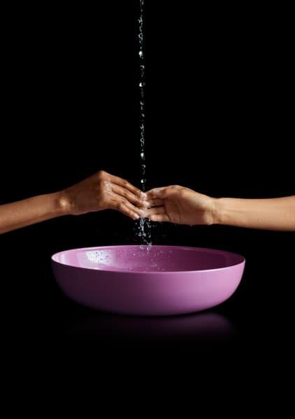 """Die Kollektion""""Miena""""gibt es unter anderem in Blau- und Violetttönen. Sie besteht ebenfalls aus Stahl-Emaille, einem der nachhaltigsten und hygienischsten Materialien fürs Badezimmer."""