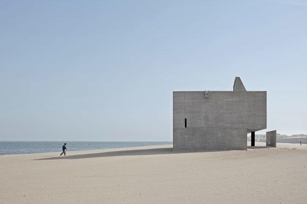 """An der chinesischen Küste, drei Stunden entfernt von Peking, stellteArchitekt Gong Dong die """"Seashore Library""""in den Sand: eine Bibliothek aus Beton. Der rohe Baustoff passt sich ideal an die Umgebung an – ein Rückzugsort am scheinbar endlosen chinesischen Strand. Ein Ort zum Studieren, dessen große Fenster die Besucher dazu einladen, die Natur mit neuen Augen zu lesen."""