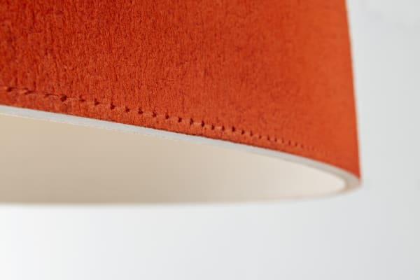 Nun gibt es den Kuppelleuchten-Klassiker, der dank spezieller Textur spürbar Geräusche dämpft, in frischen neuen Fraben.