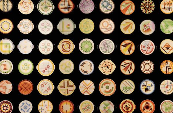 """Die industrielle Version der Spritz- und Schablonentechnik ist teileweise online in der Sonderausstellung """"Dekor als Übergirff?"""" zu sehen: Spritzdekore auf Alltagskeramik der 20er und 30er Jahre."""
