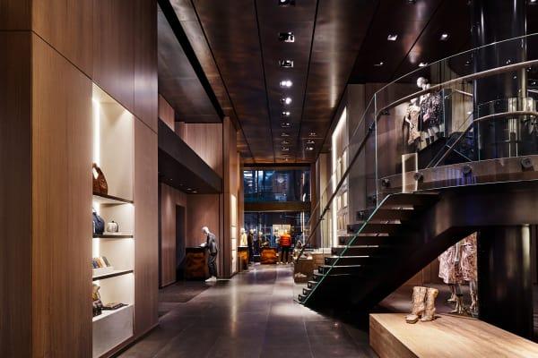 Im Inneren des Maison Bottega Veneta lösen sich die Größenverhältnisse der Townhouses auf und entführen in einen weitläufigen, galerieartiegen Store.
