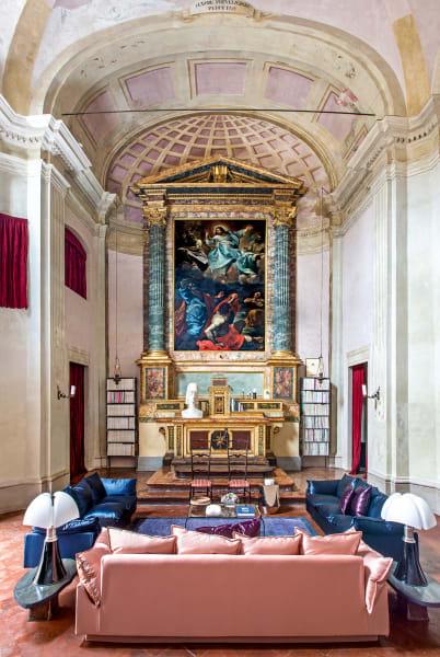 Der Hauptraum mit Domenico Pedrinis Altargemälde aus dem 18. Jahrhundert. Sofas: De Padova, Leuchten von Gae Aulenti.