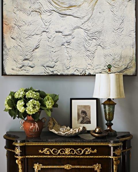 Über  der französischen Kommode im Wohnzimmer  hängt ein Ölbild mit Latexgrund von Ryan Sullivan.