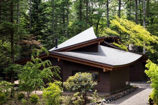 Schräge und Spitze Dächer sind nicht unbekannt aus japanischer Architektur, die Zusammenordnung dieser Dachteile ist jedoch besonders, vor allem durch den erschaffenen freien Innenhof.